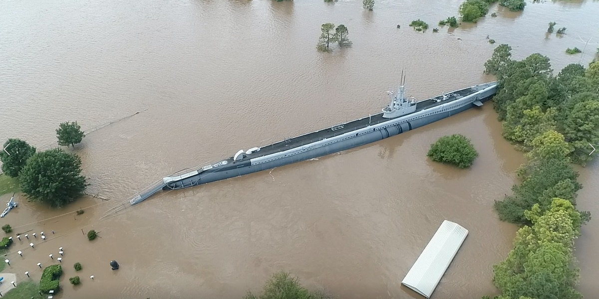 Crews work to secure USS Batfish in Muskogee flooding