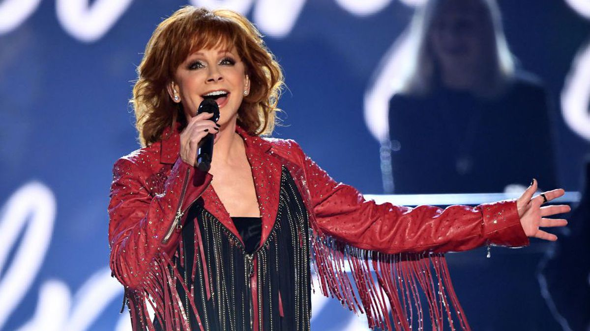 Masked Reba McEntire snaps pictures with Braum's employees in McAlester