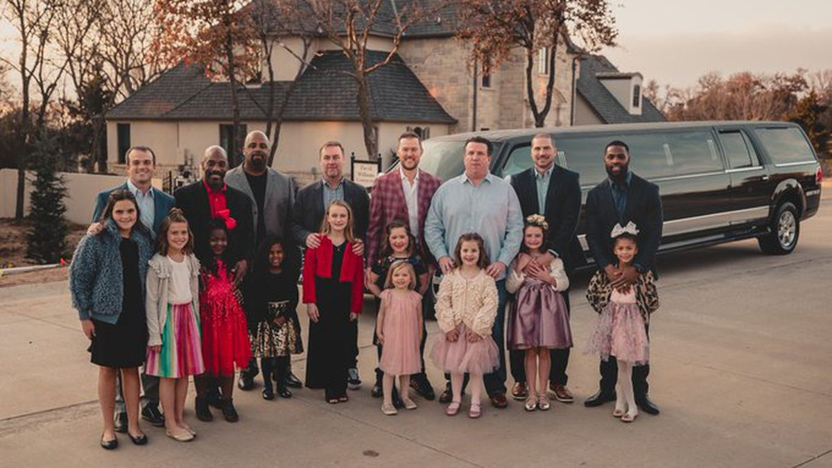 Oklahoma football coaching staff host 'Father-Daughter' date night